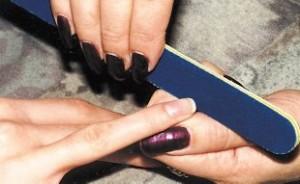Правильное положение при опиливании края ногтя