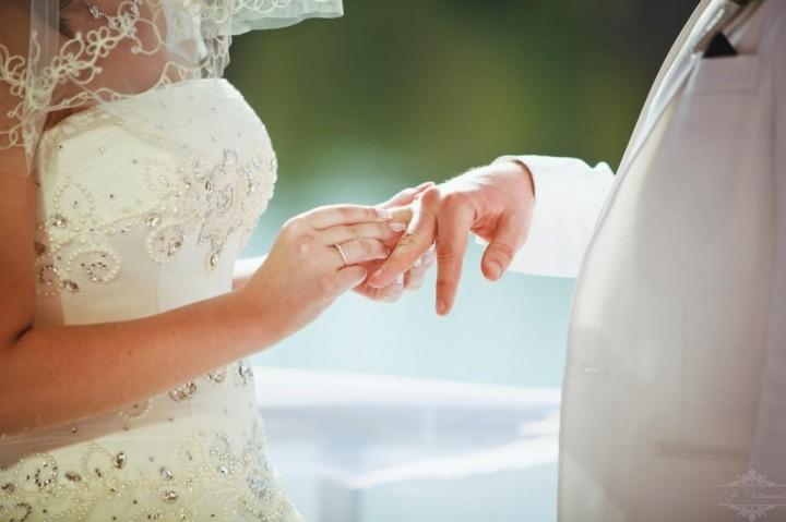 Важный момент проведения свадебного торжества.23